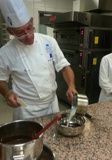 Benmaride erimiş çikolataya 3 aşamada krema ekleniyor.